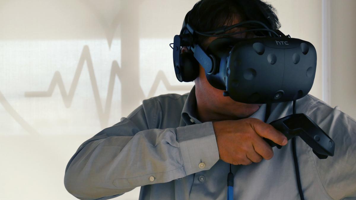 Photo d'un participant à l'expositio VR